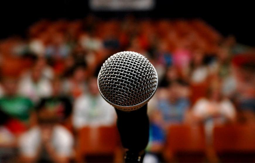Topluluk Karşısında Konuşurken Kendine Güvenmenin 5 Yolu