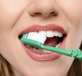 Hemen dişlerini fırçalamak